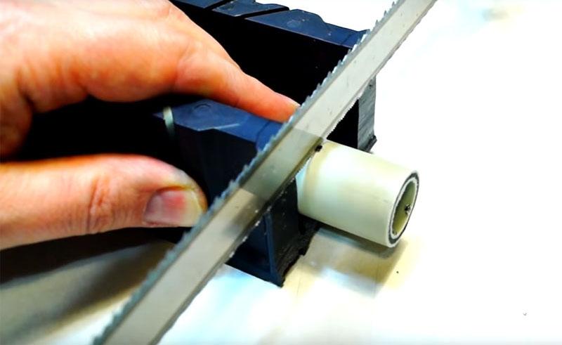 Трубы из пластика режутся на части такой же ножовкой, которой вы разрезали плафон