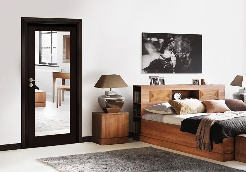 Зеркало закрепляют на дверь, что удобно и вполне эстетично