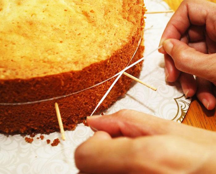 Это отличный способ порезать пирог или торт хоть на коржи, хоть на доли