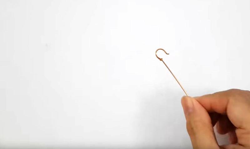 Для идеально ровного загиба можно использовать ручки или плотные трубочки. Всё, что вам нужно – просто обжать проволоку