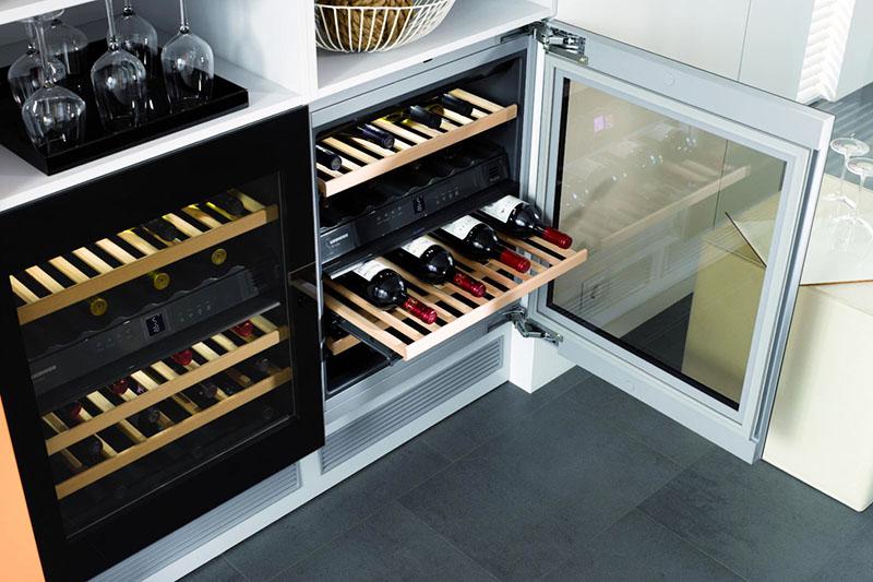 Для ценителей коллекционного вина профессионалы рекомендуют прибрести специальный винный шкаф, в котором будет поддерживаться оптимальная температура, а сами бутылки будут располагаться под наклоном, чтобы осадок и винный камень концентрировался на донышке