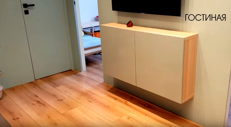 Обычная полочка под телевизором может превратиться в обеденный стол