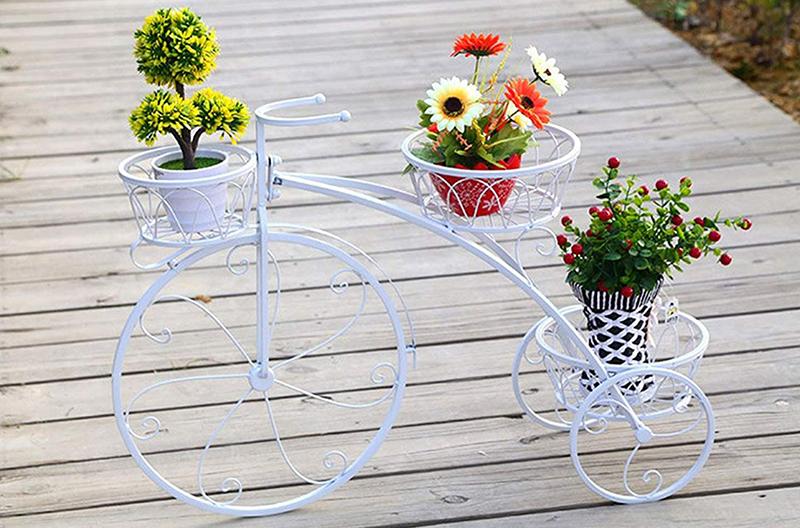 Дизайнеры используют порой очень замысловатые концепты, но неизменной популярностью пользуются и традиционные вещи, вроде имитации велосипедов или тачек в ретродизайне