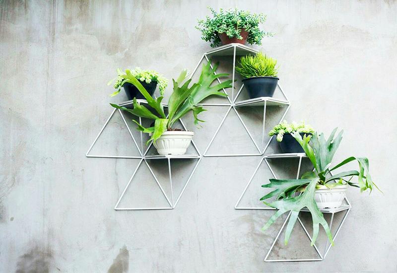 Самый простой вариант – обычные навесные конструкции с одним или несколькими ярусами, расположенными в горизонтальном или вертикальном направлении