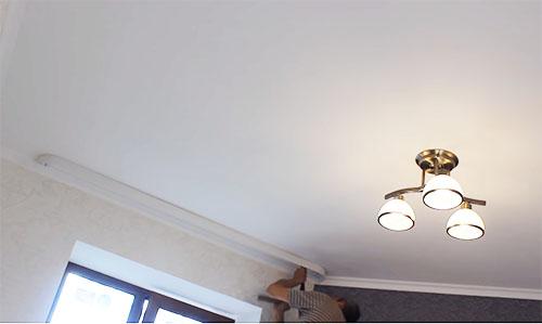 Окошки нуждаются в красивом оформлении: какими бывают потолочные карнизы для штор