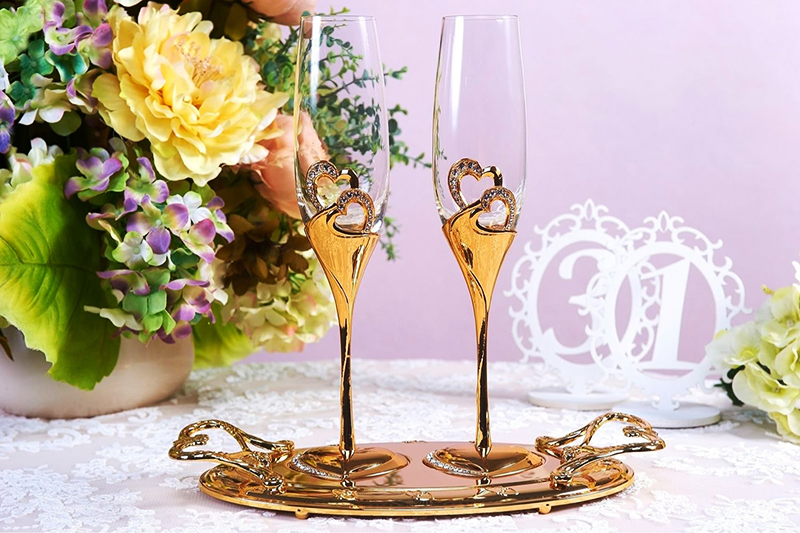 Часто бокалы украшают к свадьбе