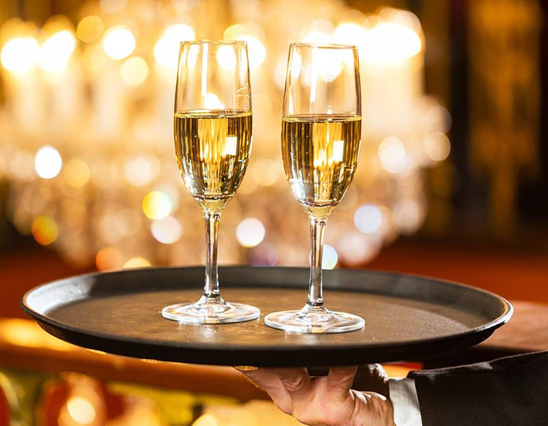 А вот шампанское в ресторанах традиционно подают во флюте — это основано на том, что широкая часть быстрее теряет газы, а узкая дольше сохраняет вкус
