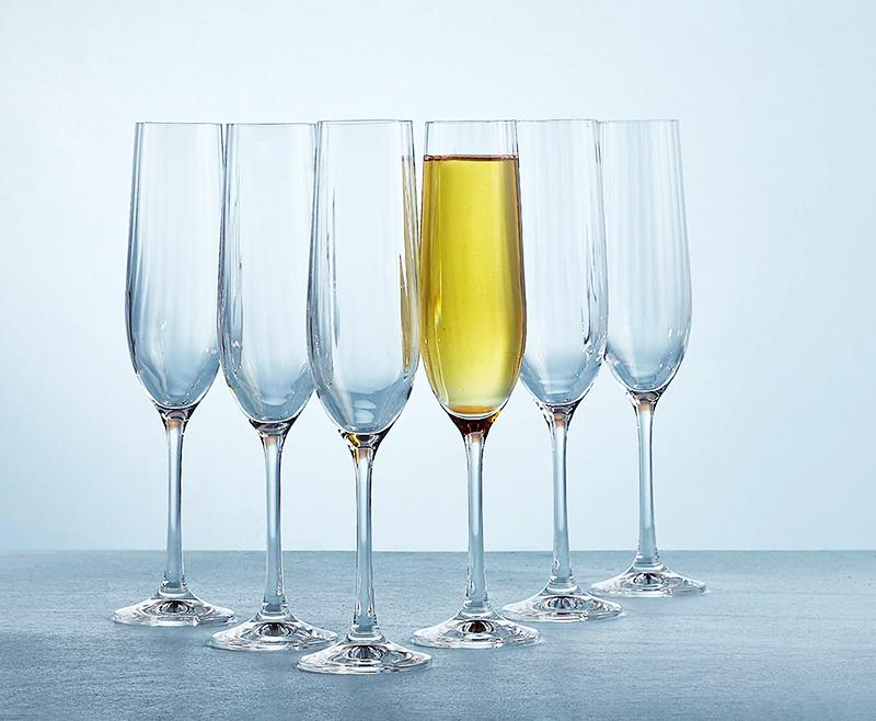 Что касается материала, то менее прочным будет стекло, если этот параметр важен, то лучше приобрести хрусталь или серебро