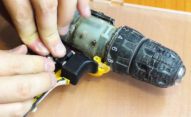 Кнопка устанавливается на место, после чего шуруповёрт проверяется в различных режимах
