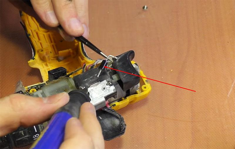 Когда транзистор снят, можно выпаивать диод