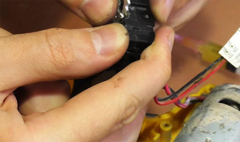 Корпус защёлкивается на фиксаторы, после чего можно монтировать остальные элементы