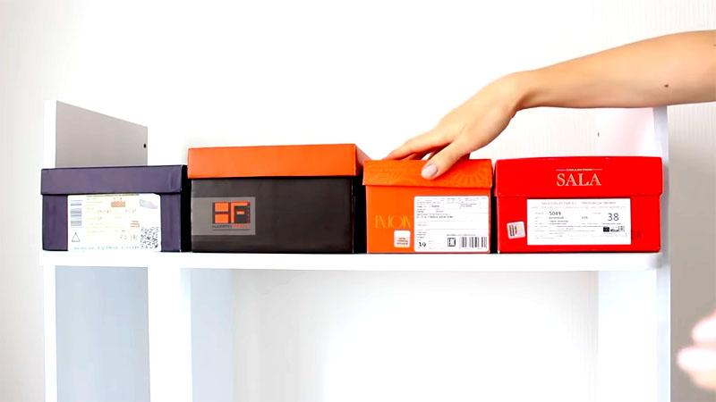Для верхней полки подбираются подходящие обувные коробки