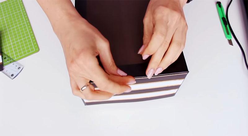 На внешний бортик клеится скрап-бумага с рисунком