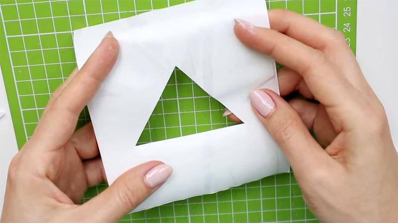 На самоклеящейся плёнке вырезаются различные элементы