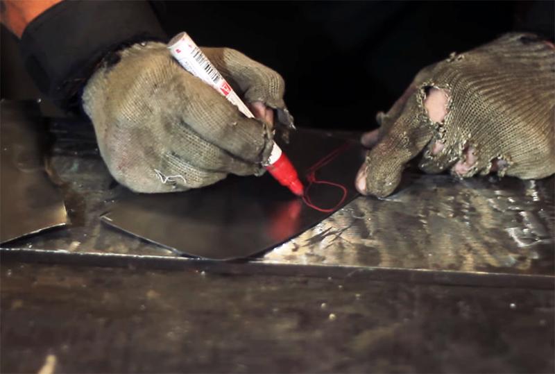 На металле рисуются листки стебля, которые затем также вырезаются