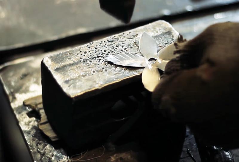 Острой стороной молотка на заготовки наносятся насечки «ёлочкой»