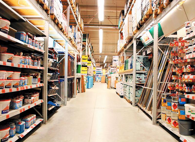 Закупать материал лучше сразу на всю квартиру в крупных строительных магазинах