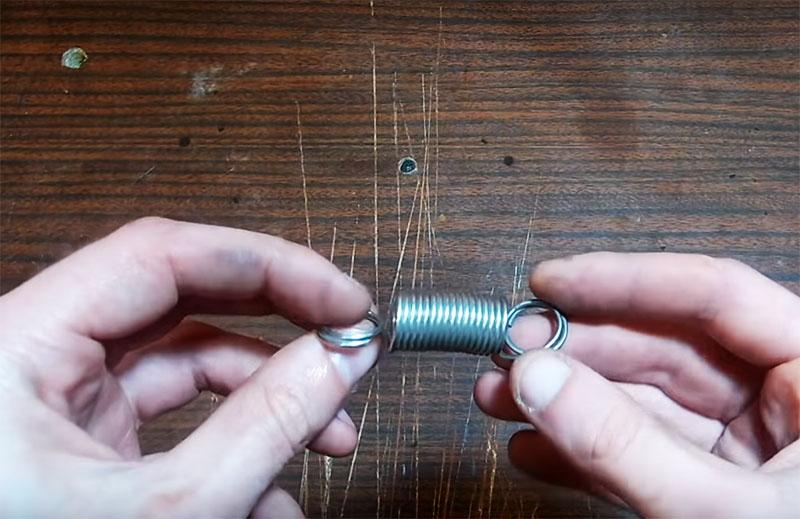Ещё потребуется небольшая пружина с двумя кольцами по краям