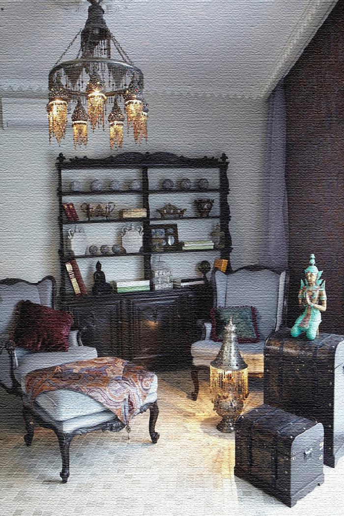 По центру комнаты стоит настоящий кальян в восточном стиле