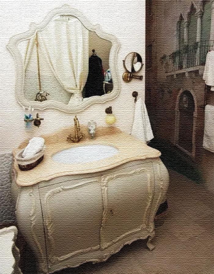Под стать фрескам подобрали необычную тумбу-умывальник, изготовленную по старинной технологии 16-17 веков, и роскошное зеркало