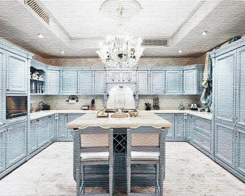 Кухню украшает роскошная люстра из муранского стекла с лампочками в виде свечей