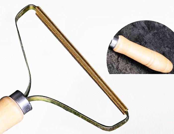 Удобная деревянная ручка делает хват рукояти максимально естественным, а процесс очистки поверхностей – простым и эффективным