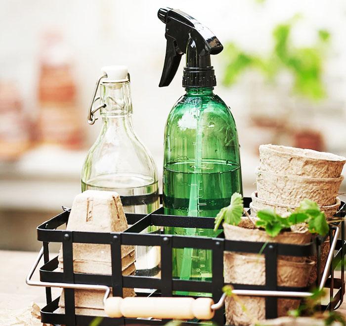 В такой корзинке легко разместить щётки для очищения поверхности вашего пальто от катышков или мелкого мусора