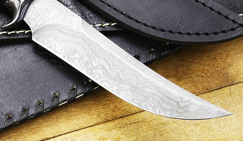 Клинок из дамасской стали обладает характерным волнообразным рисунком