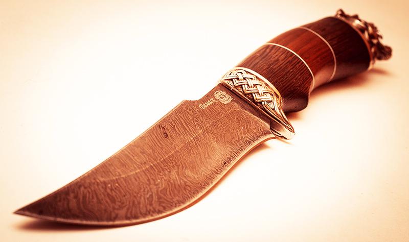 На первый взгляд, заварной булат по своей текстуре напоминает дамасскую сталь, но обладает значительно улучшенными техническими характеристиками