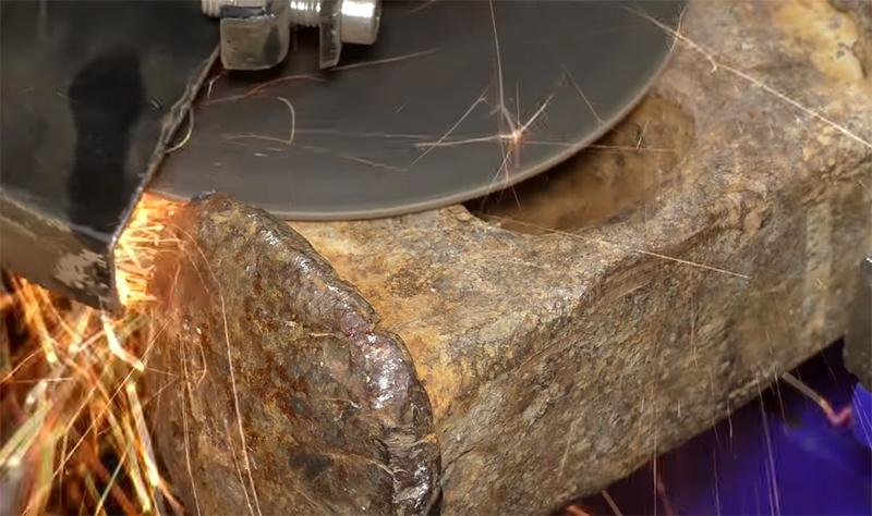 При помощи болгарки излишний металл удаляется