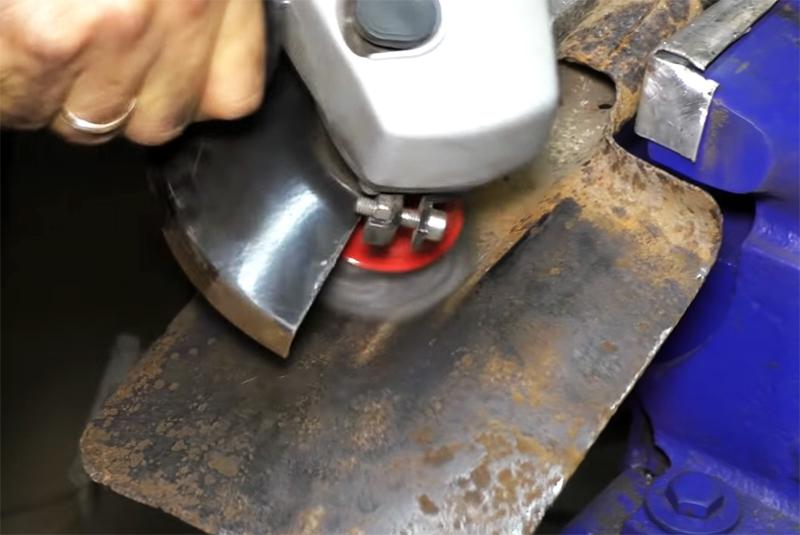 Первым делом необходимо удалить ржавчину с поверхности
