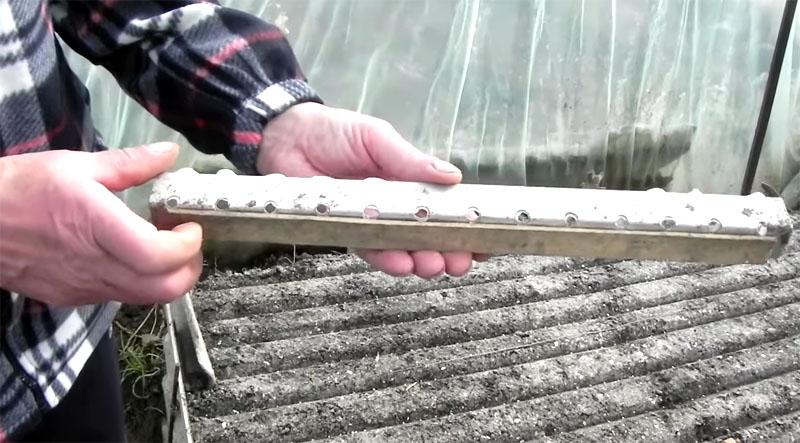 Обычный алюминиевый уголок, в ребре которого просверлены отверстия через каждые 4 см
