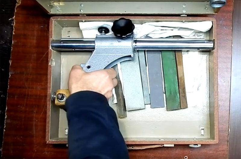И второй важный момент – это то, что у прибора есть прочный чемодан, в котором можно хранить и саму стойку, и дополнительные устройства к ней
