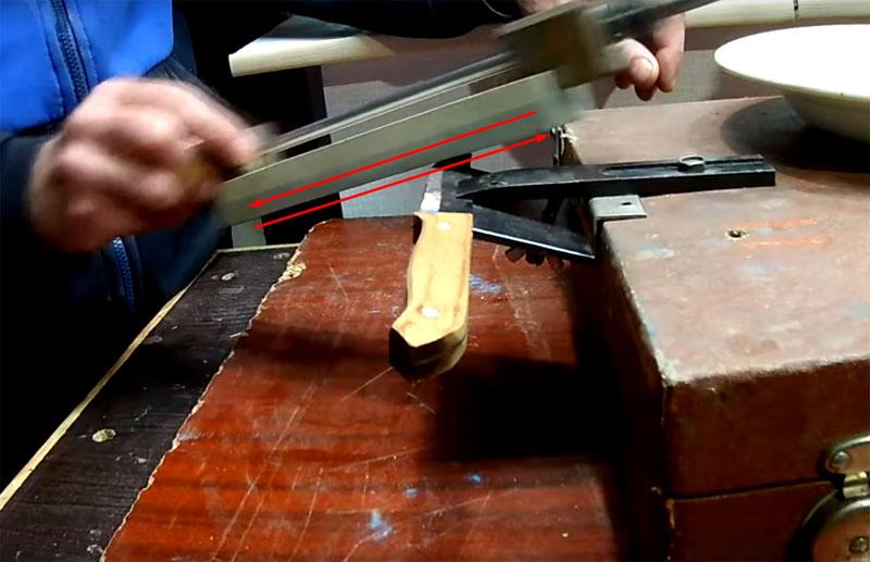 Нижняя часть крепления для лезвия перемещается и фиксируется за счёт прижимного болта с гайкой-бабочкой
