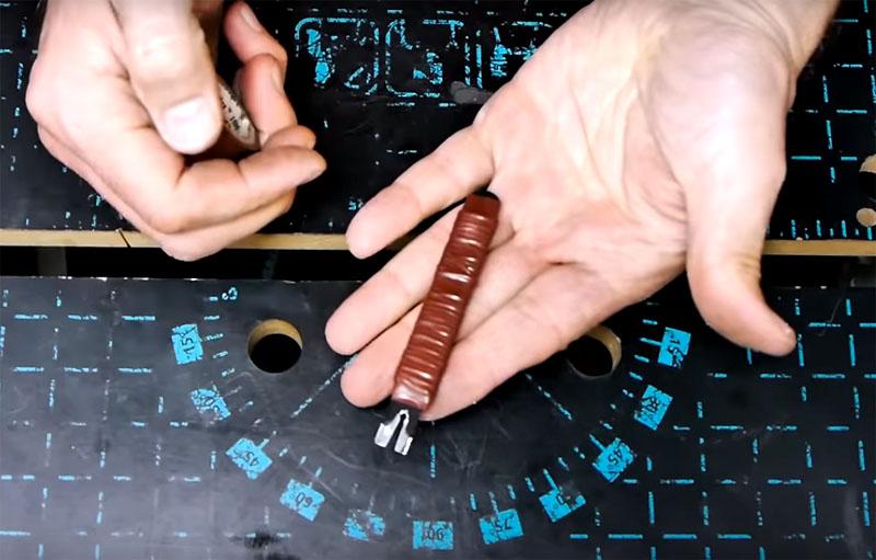 Обмотайте рукоятку сначала тонким проводом, а затем – изолентой. Так вы получите удобную ручку, которая хорошо лежит в руке