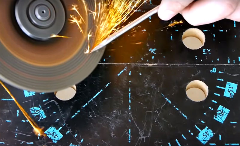 Кончик отвёртки нужно заточить так, чтобы остались грани. Чтобы в процессе заточки металл не перегревался, его нужно периодически опускать в ёмкость с водой