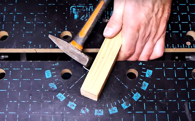 Теперь секрет применения этого апгрейда. Если раньше вы забивали гвоздь и загибали его несколькими ударами, то потом острый кончик гвоздя оставался на поверхности. Теперь поместите кончик в отверстие в молотке и загните его, а потом уже забивайте