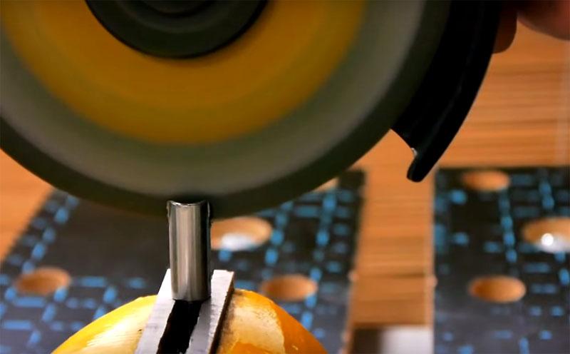 Доработка очень простая: нужно всего лишь сделать небольшую прорезь в основании биты с помощью болгарки