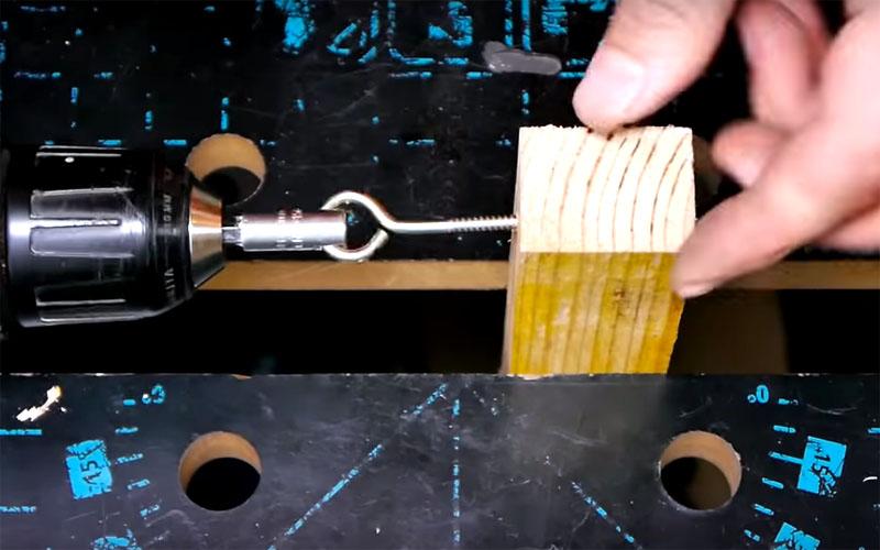 Такая бита справится с нестандартным крепежом, например – с крючьями
