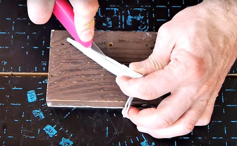 Используйте строительный нож, чтобы острым лезвием разрезать носик вдоль от основания почти до самого кончика. Кончик оставьте, чтобы он не был повреждён. Через разрез легко извлечь застывшую массу