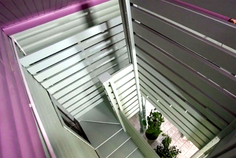 Лестницу покрасили в оливковый цвет и нанесли на неё несколько слоёв матового лака, который защищает конструкцию от механических повреждений