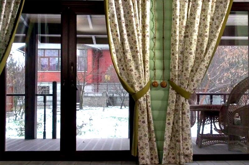 На террасе оборудовали небольшую зону отдыха с плетёной мебелью и кофейным столиком