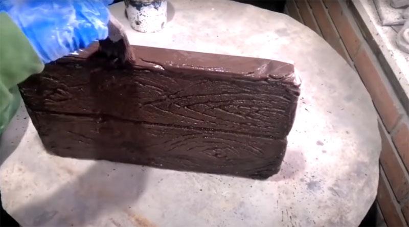 Чтобы имитировать дерево, плитку сначала нужно окрасить в тёмный тон – коричневый. Наносить его нужно не только на поверхность, но и на борта плитки