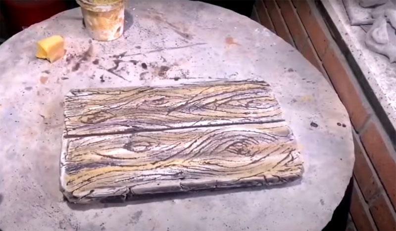 После, когда основной слой высохнет, поверхность следует тонировать более светлыми оттенками