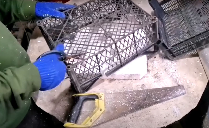 Если у вас в запасе оказались сломанные ящики, которые не держат форму, не выбрасывайте их. Отрежьте сетчатое дно и стенки, они вам пригодятся в качестве армирующей части для будущей плитки