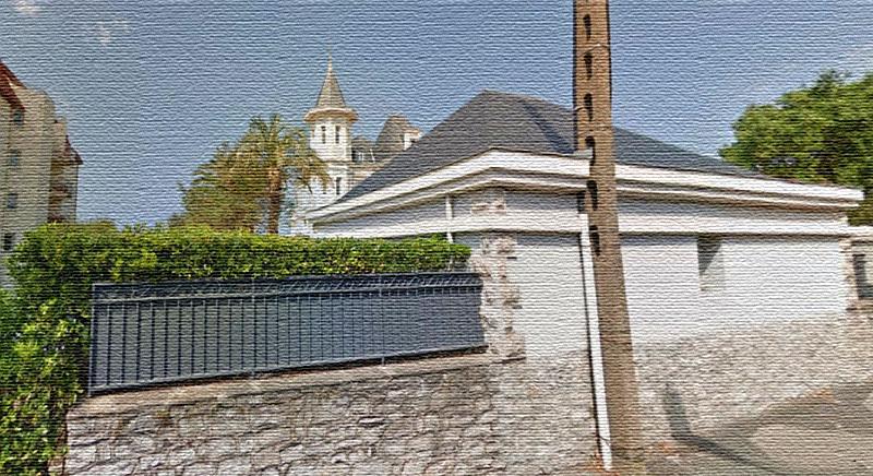 По периметру вилла ограждена тройным забором, на котором нет никаких вывесок и опознавательных табличек с фамилией хозяйки