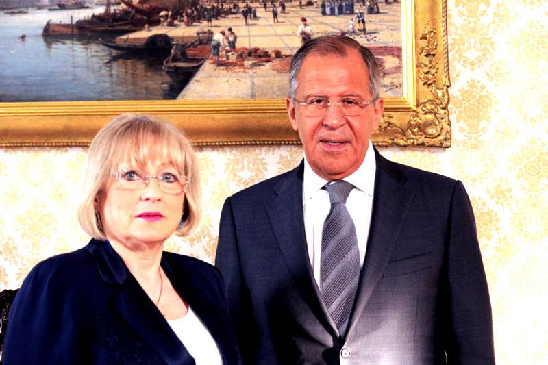 Гостиную украшают полотна русских художников, обрамлённые в изысканные рамы из багета с позолотой