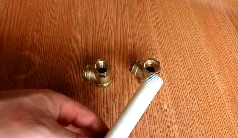 Обычная резьба на пластиковой трубе держит давление гидротаранного насоса