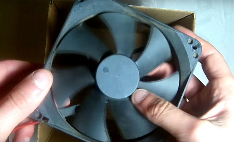 Ещё одна важная деталь – компьютерный кулер, это вентилятор, который охлаждает содержимое системного блока. Он стоит около 150 рублей, и можно купить такой в любом магазине с электротехникой, если у вас вдруг не завалялся бывший в употреблении