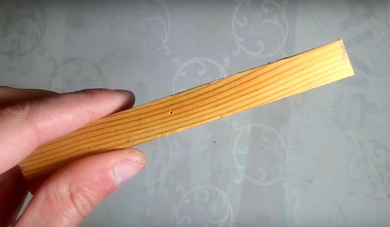 Чтобы закрепить резистор, вам потребуется небольшая деревянная планка такой длины, чтобы она поместилась ровно поперёк коробки